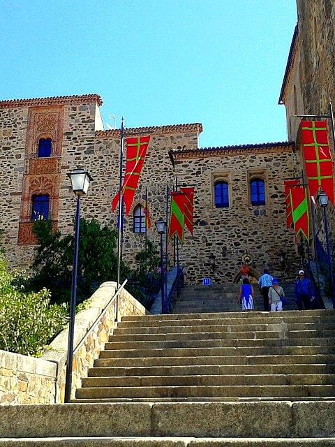 Escaleras y fachada de la Hospedería