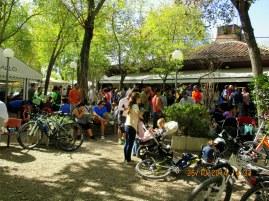 Ciclistas tapeando después de una dura mañana